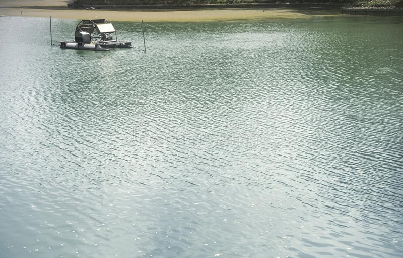 Waterspiegel met rimpelingen en zonlichtbezinningen stock fotografie