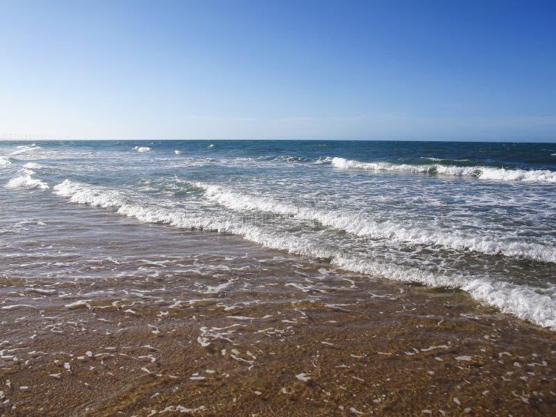 Waterspiegel van overzees of oceaan met horizon en blauwe hemel of overzees w stock foto