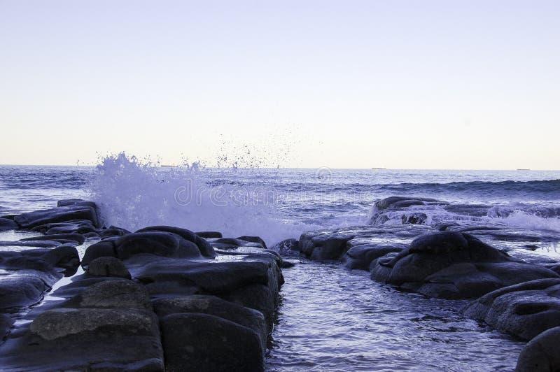 watersplash op de rots op de oceaan royalty-vrije stock foto