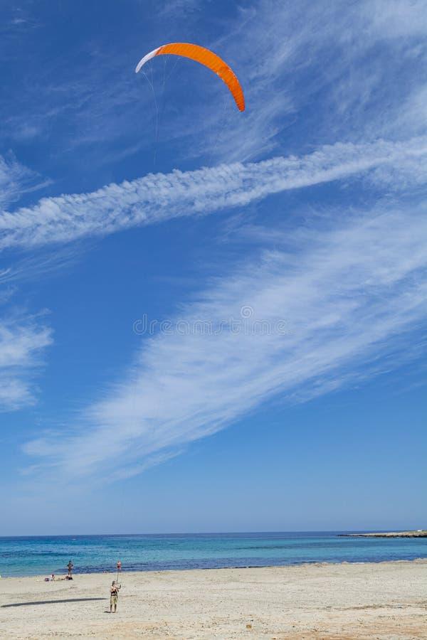 Watersport des vacances, kitesurfer est pr?t pour l'action sur la plage sablonneuse avec l'eau de mer bleue photos libres de droits