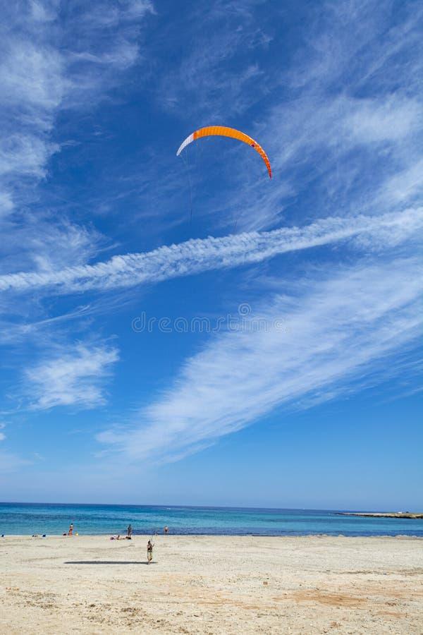 Watersport im Urlaub, kitesurfer ist zur Aktion auf sandigem Strand mit blauem Meerwasser bereit lizenzfreie stockfotografie