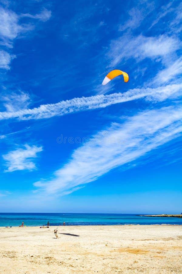 Watersport p? semestern, kitesurfer ?r klar f?r handling p? den sandiga stranden med bl?tt havsvatten royaltyfria bilder