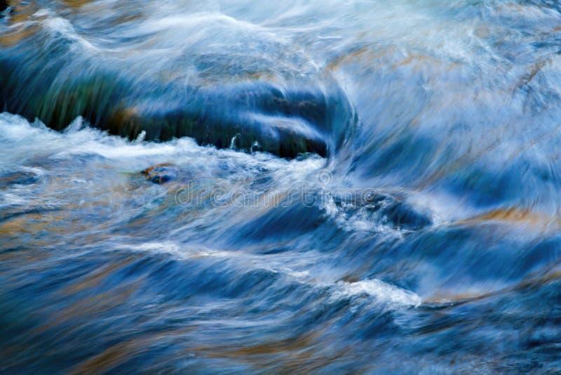 Waterstromen in de rivier stock afbeelding