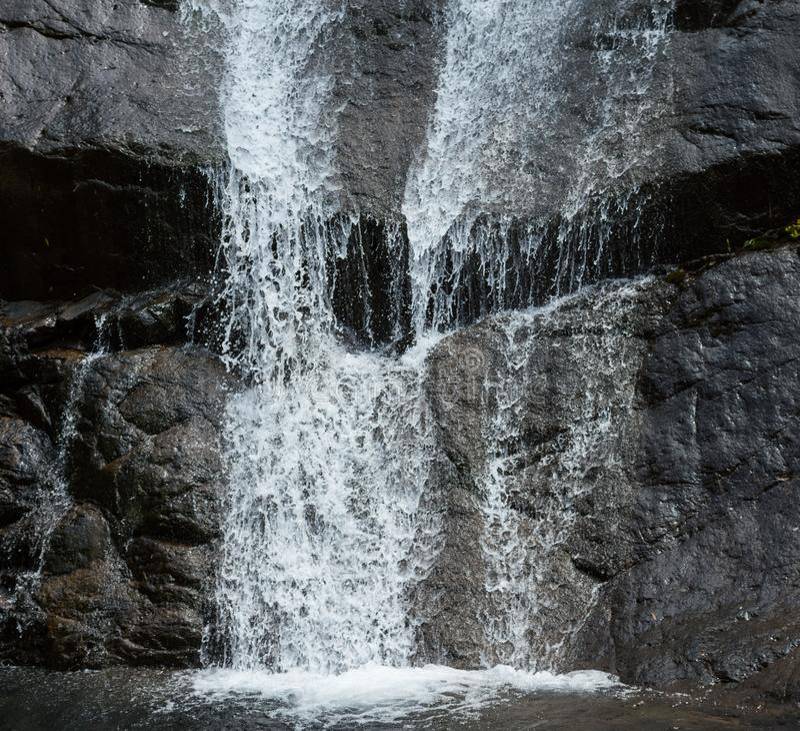 Waterstromen op Rock& x27; s Oppervlakte royalty-vrije stock foto
