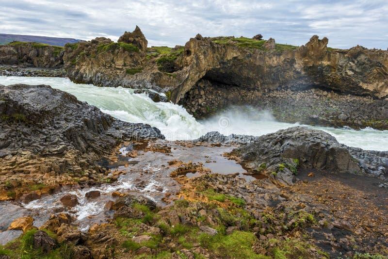Waterstroom die Skjalfandafljot-rivier bij stroomafwaarts van Godafoss-waterval in Noordoostelijk IJsland joying stock afbeelding