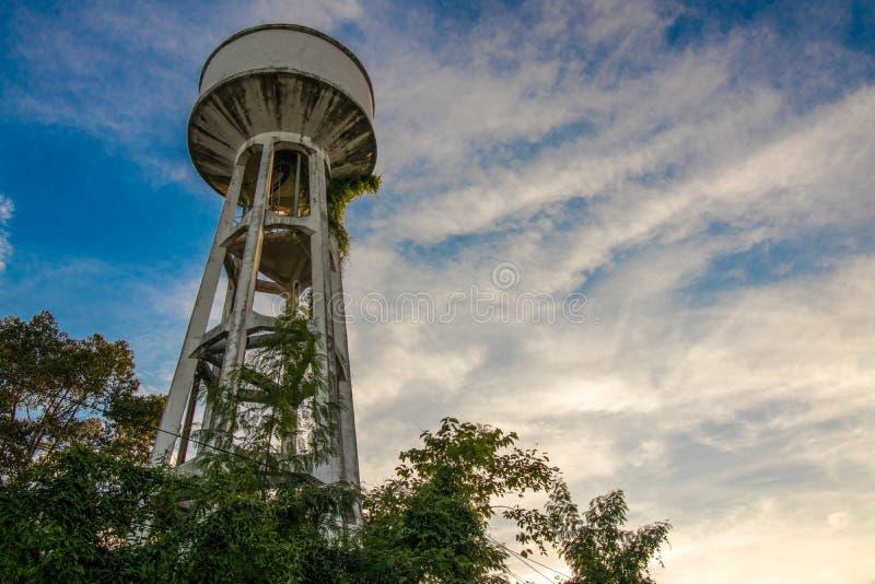 Watertank die bomen die in de heldere hemel worden behandeld is geweest stock afbeelding