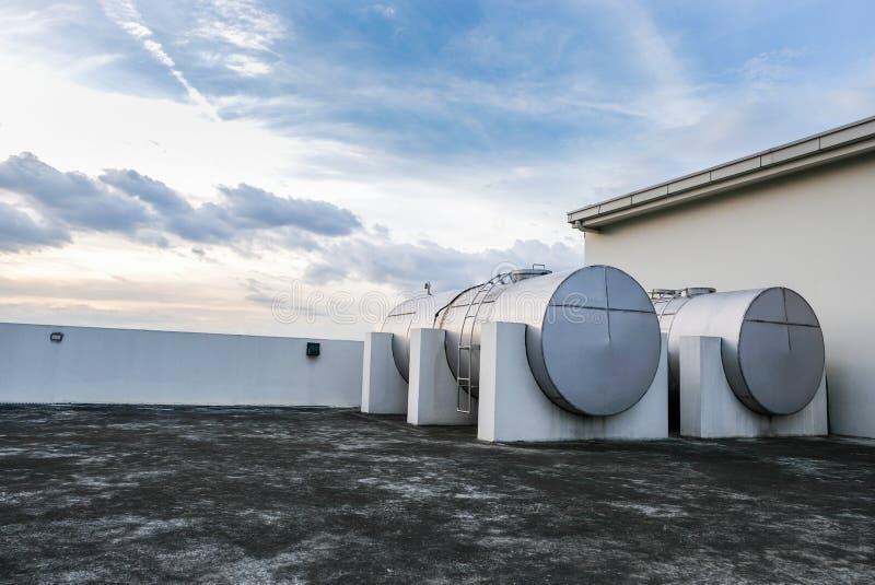 Watertanks op het dak stock foto's