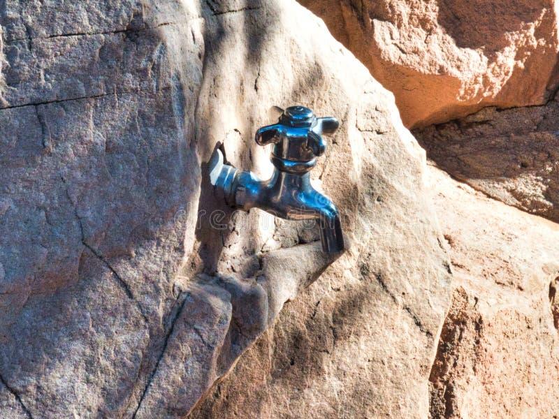 Download Watertapkraan In Natuurlijke Rots Stock Afbeelding - Afbeelding bestaande uit erosie, glade: 107705193