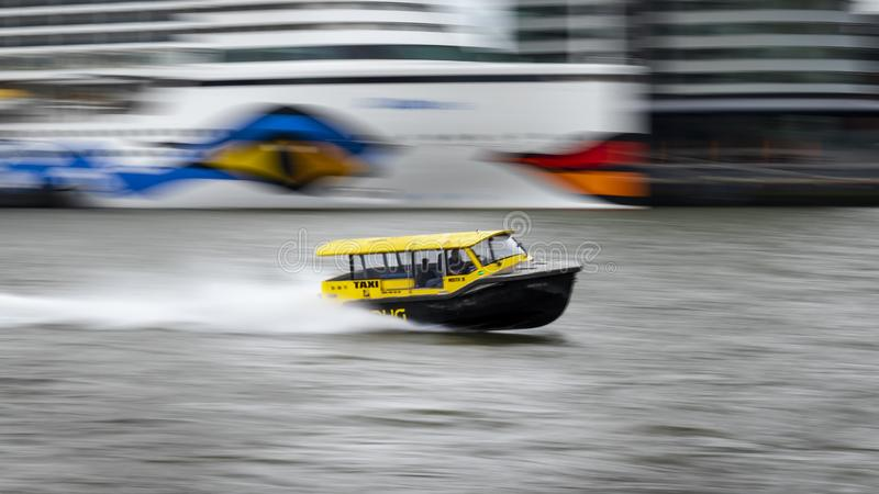 Watertaxi鹿特丹以速度 免版税库存照片