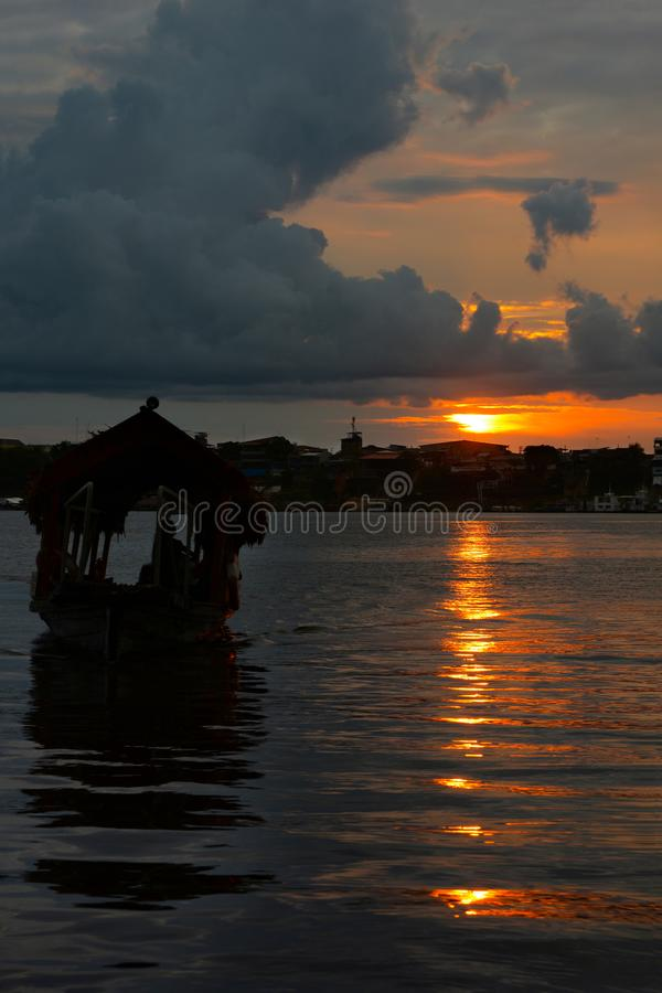 Watertaxi in silhouet, Iquitos, Peru royalty-vrije stock foto