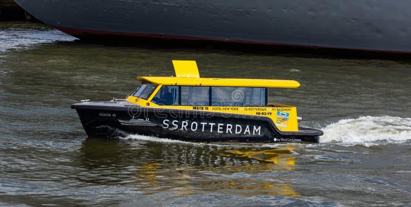 Watertaxi w rzecznym Maas, Rotterdam, holandie obraz stock