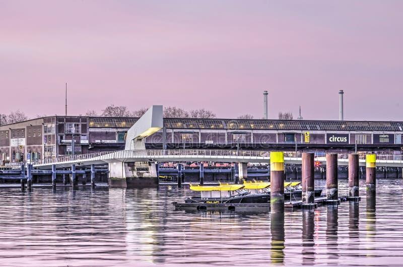 Watertaxis, pont et entrepôt photographie stock libre de droits