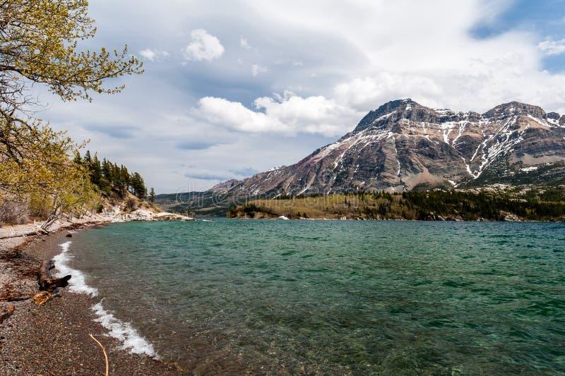 Waterton从海滩的湖视图 库存照片