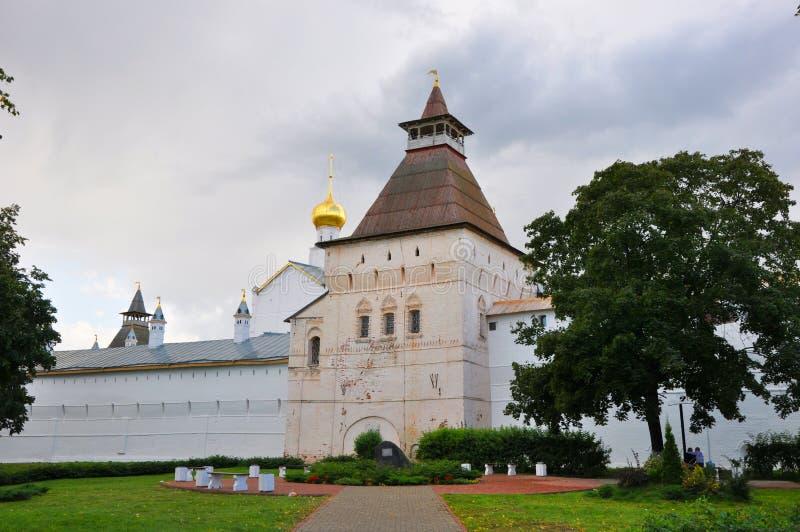 Watertoren en muren van het Kremlin in Rostov Groot royalty-vrije stock afbeeldingen