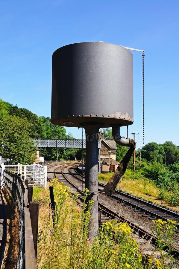 Watertoren naast spoorlijn stock fotografie