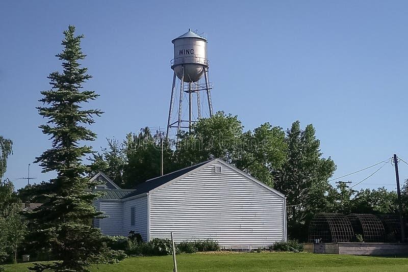 Watertower na słonecznym dniu w wiośnie w Północnej Dakota wiosce fotografia stock