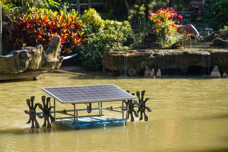 Waterturbine met zonnepaneel voor waterbehandeling het stijgen os stock afbeelding