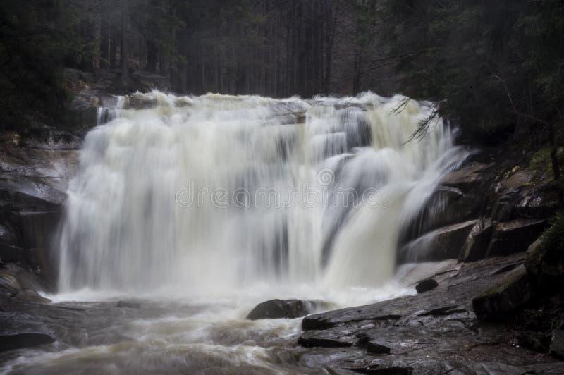 Waterval in bergen Tsjech royalty-vrije stock afbeelding