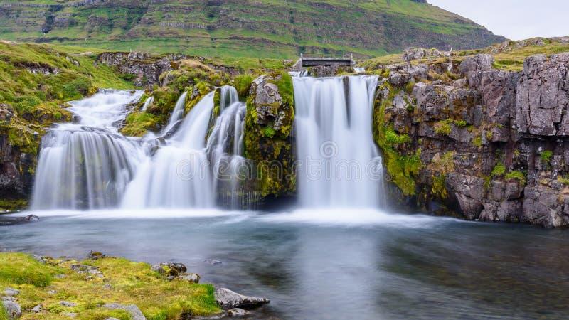 Waterval bij Kirkjufell-berg, IJsland royalty-vrije stock afbeelding