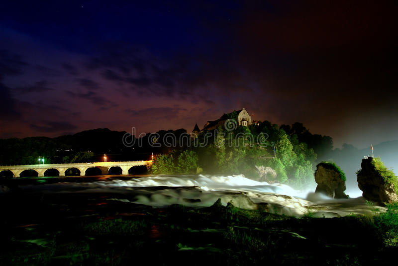 Waterval bij stormachtige nacht royalty-vrije stock foto's