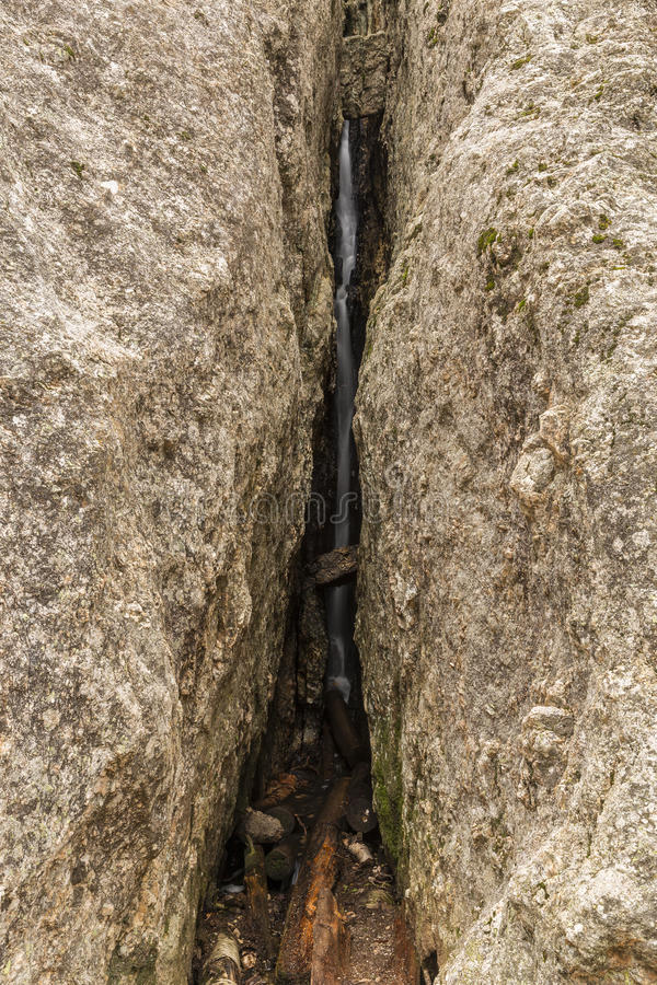 Waterval binnen Rots stock afbeelding