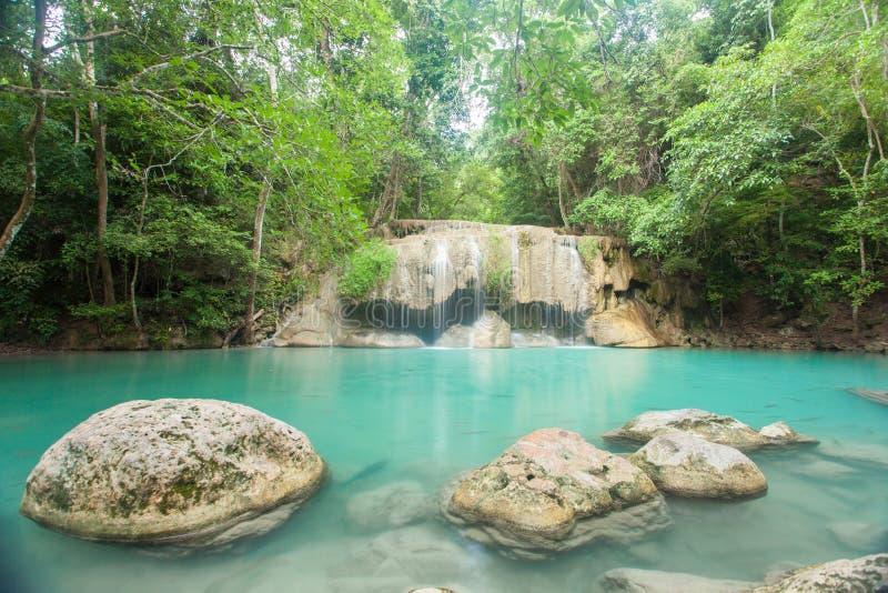 Waterval in bos bij Erawan-waterval Nationaal Park, Kanchanab royalty-vrije stock fotografie