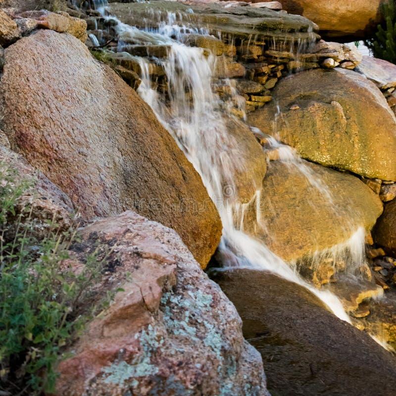 Waterval boven stenen in natuurpark royalty-vrije stock afbeelding