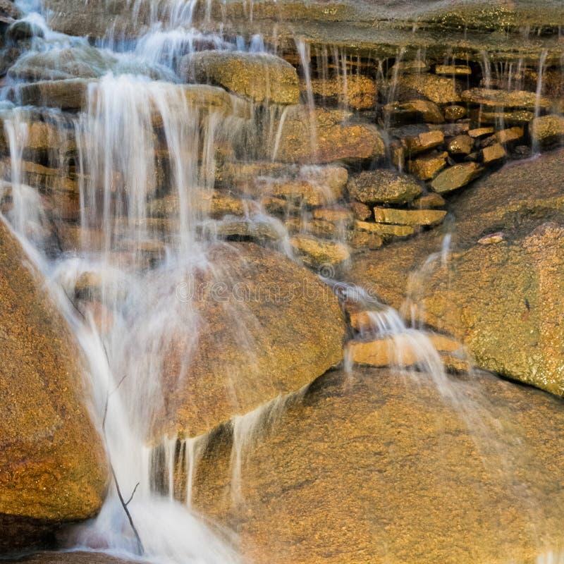 Waterval boven stenen in natuurpark stock fotografie