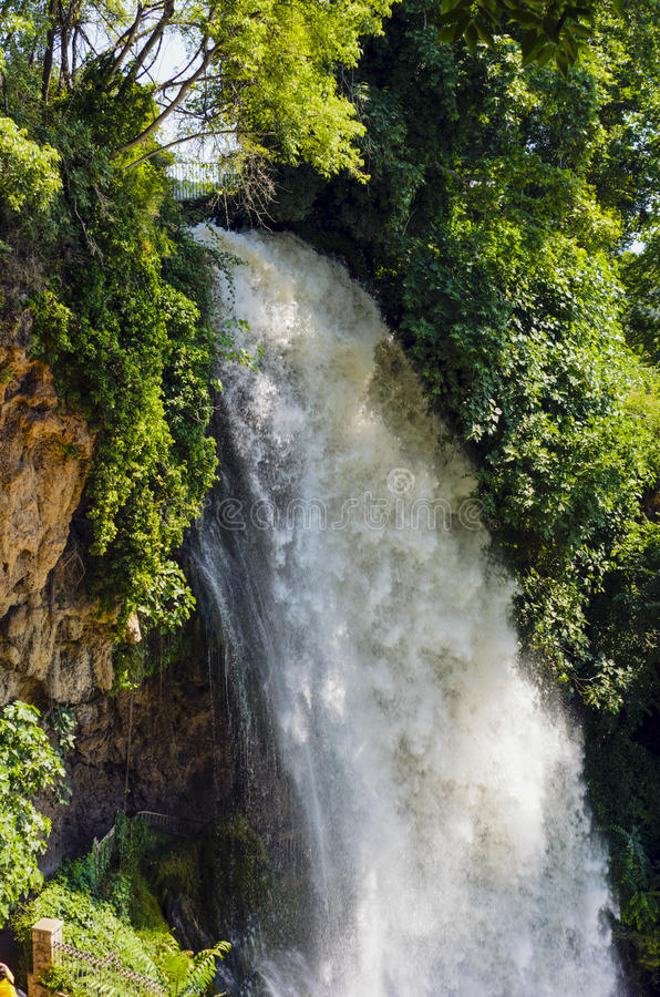 Waterval daling van water in de rivier van de richel royalty-vrije stock foto