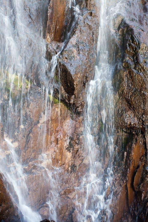 Waterval in de bergen, ala-Archa, Kyrgyzstan royalty-vrije stock foto's