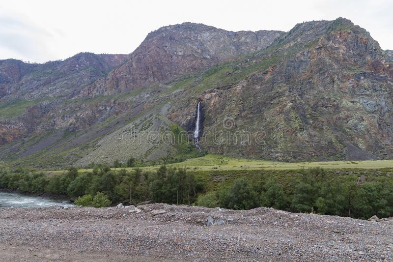 Waterval in de bergen van Altay stock fotografie