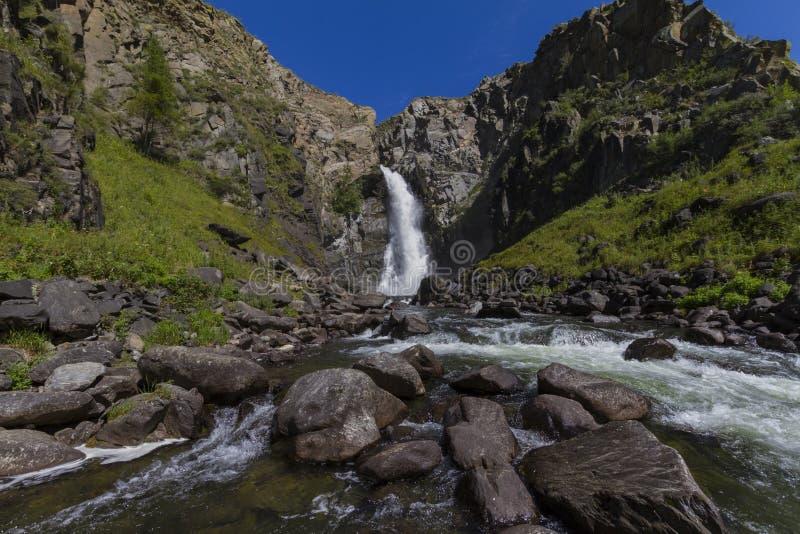 Waterval in de bergen van Altay Mooi aardlandschap royalty-vrije stock foto