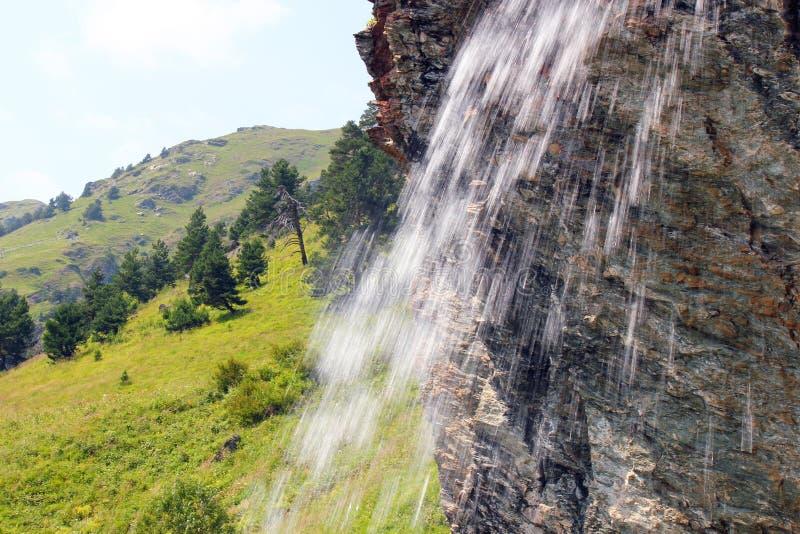 Waterval in de bergen van de Kaukasus royalty-vrije stock foto's