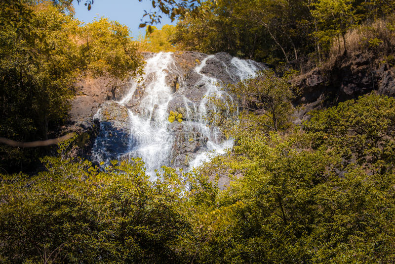 Waterval in de herfstbos bij Salika-waterval nationaal park in Thailand stock afbeeldingen