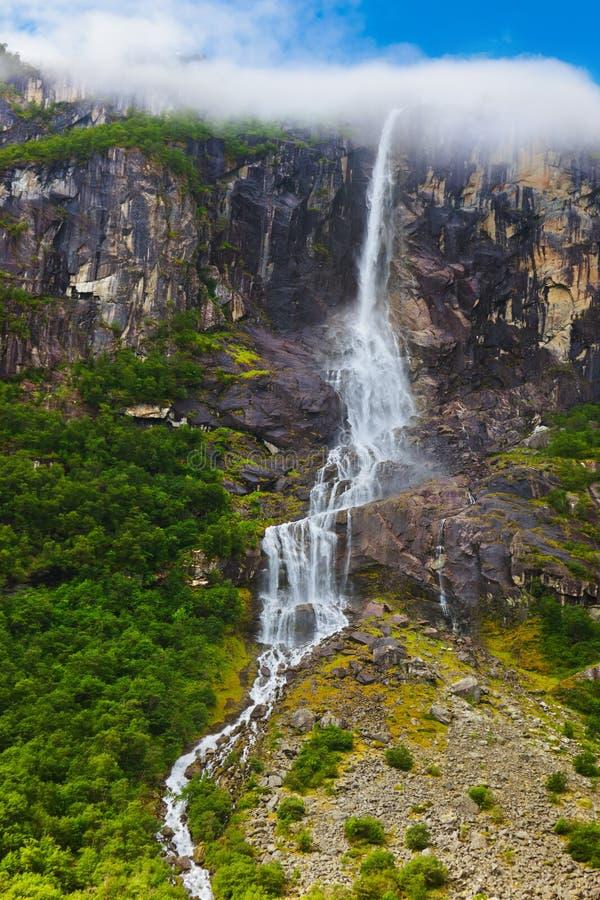 Waterval dichtbij Briksdal-gletsjer - Noorwegen royalty-vrije stock afbeeldingen