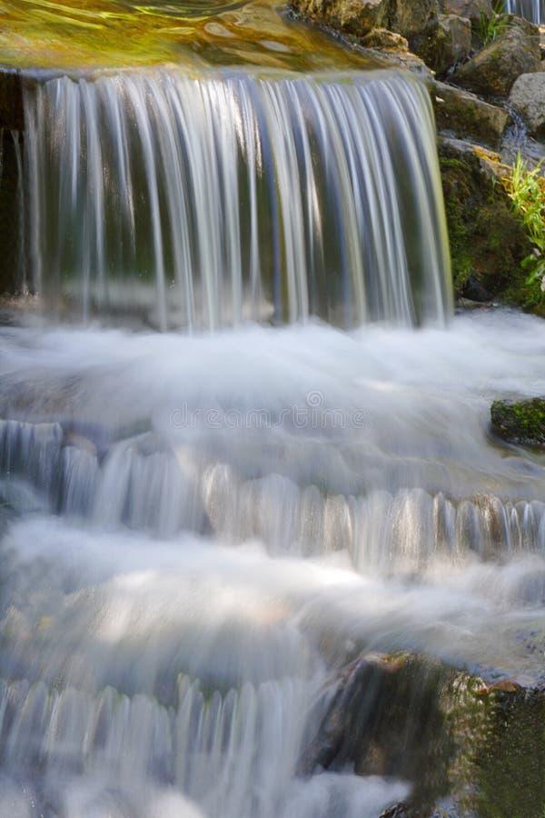 Waterval, die over rotsen draperen royalty-vrije stock fotografie