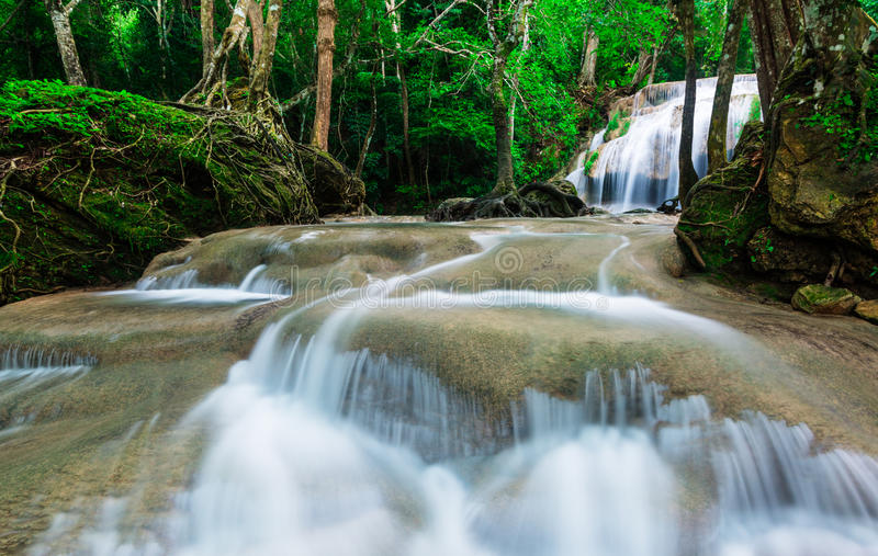 Waterval in diep tropisch bos bij het Nationale Park van Erawan stock afbeeldingen