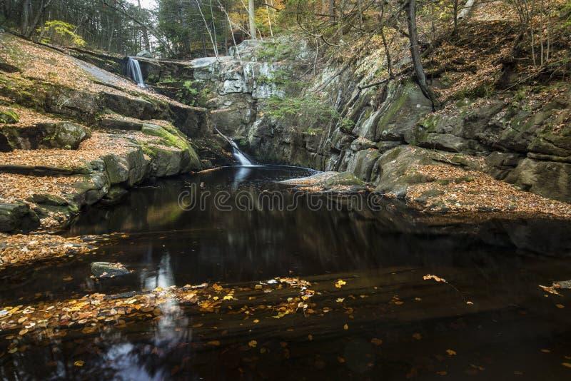 Waterval en de herfstbladeren op donker water, Enders-Park, Connecti stock afbeeldingen