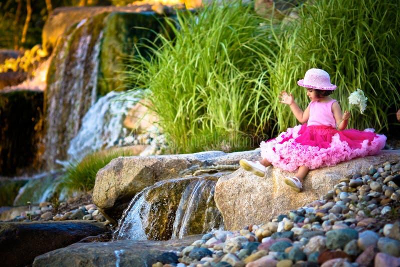Waterval en een kind stock fotografie