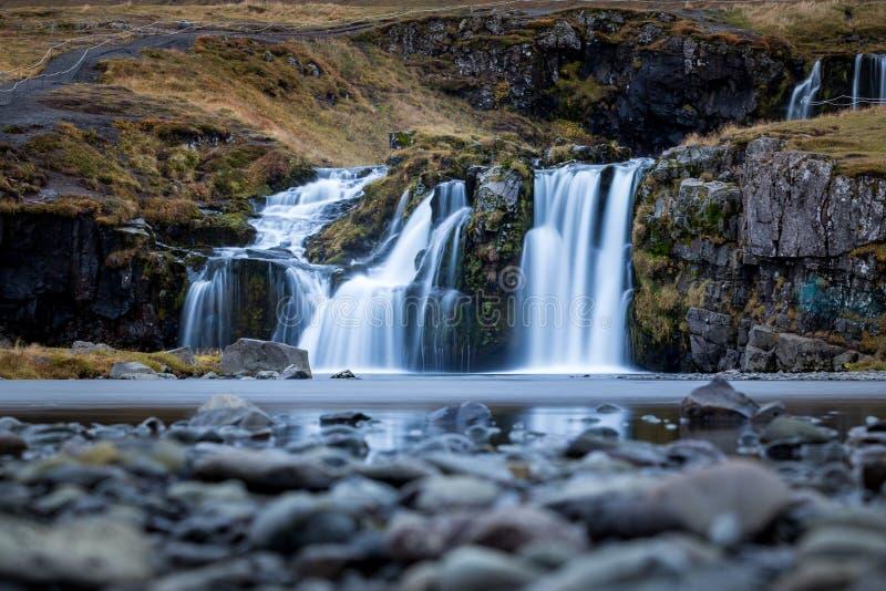 Waterval en mooie mening bij de kirkjufellberg in IJsland Europa stock foto