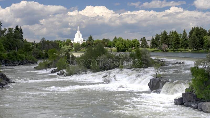 Waterval en mormon tempel bij de val van idaho stock fotografie