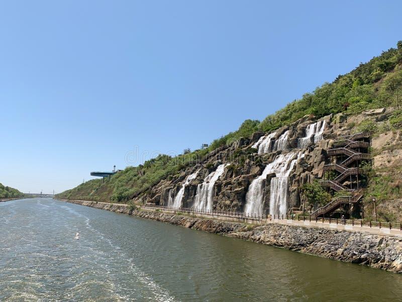 Waterval en rivierachtergrond royalty-vrije stock afbeeldingen