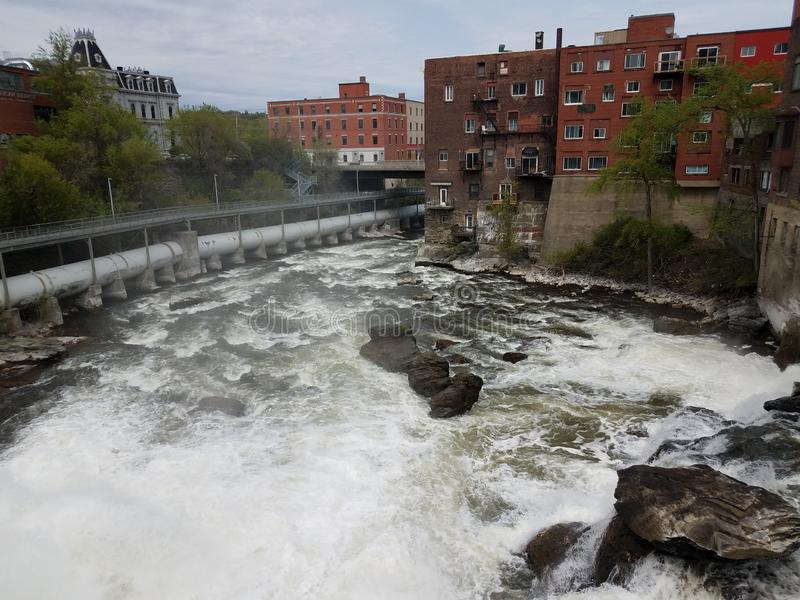 Waterval en stroomversnelling in rivier in Sherbrooke, Canada stock foto's
