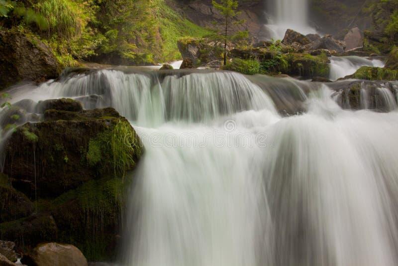 Waterval in groene aard stock afbeeldingen