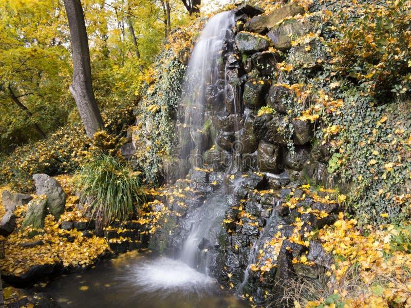 Waterval in het de herfstpark royalty-vrije stock afbeeldingen