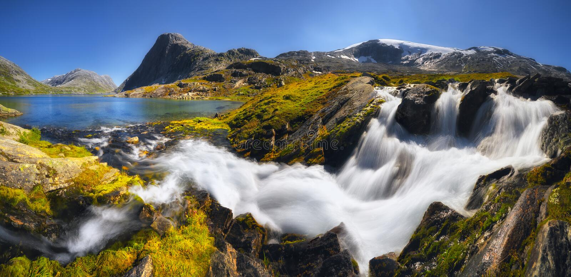 Waterval in het zuiden van Noorwegen dichtbij Geiranger op een zonnige dag, Romsdal royalty-vrije stock fotografie