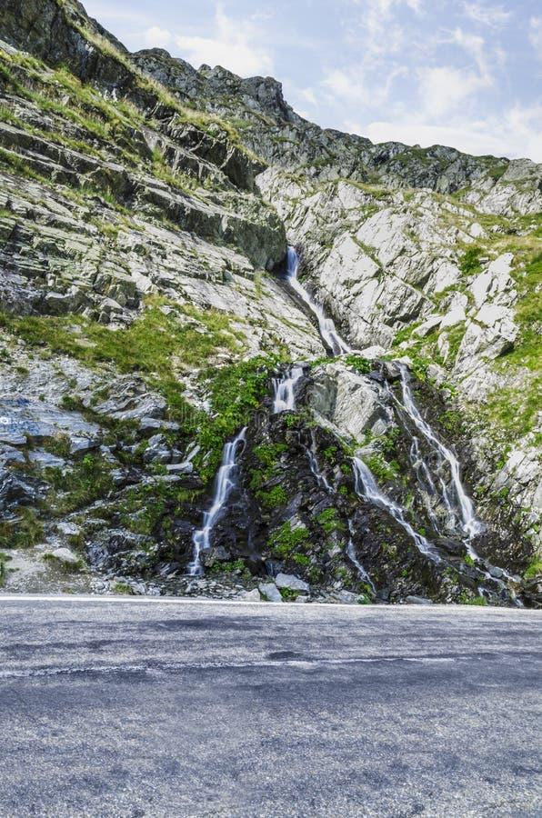 Waterval in Karpatische Berg stock afbeelding