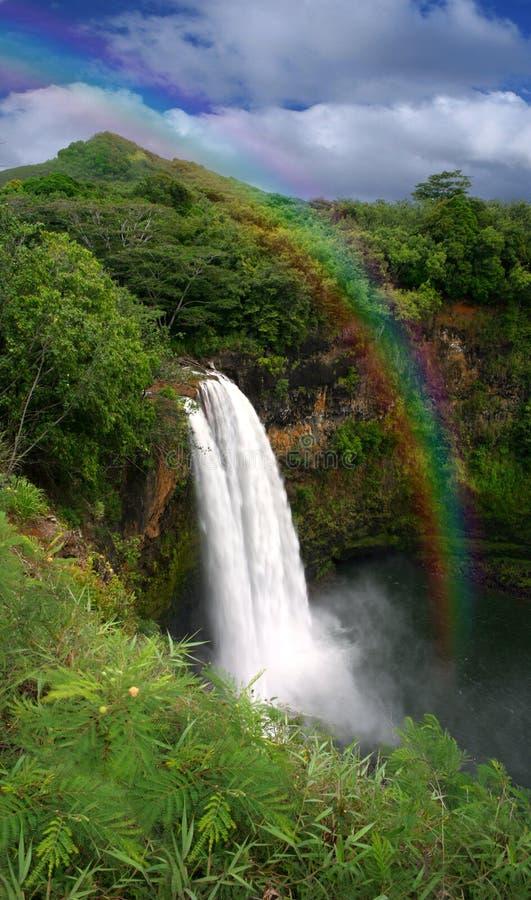 Waterval in Kauai Hawaï met Regenboog stock afbeelding