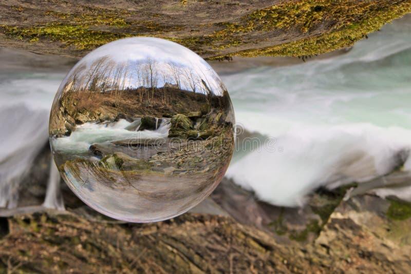 Waterval in Kristallen bol stock afbeelding