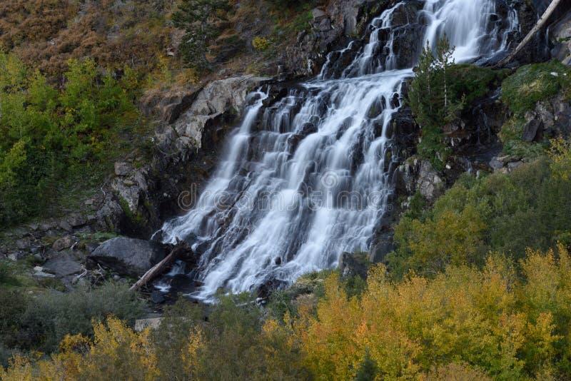 Waterval in Lundy-Canion, Hoover-Wildernis, Siërra Nevada Range, Californië royalty-vrije stock afbeeldingen